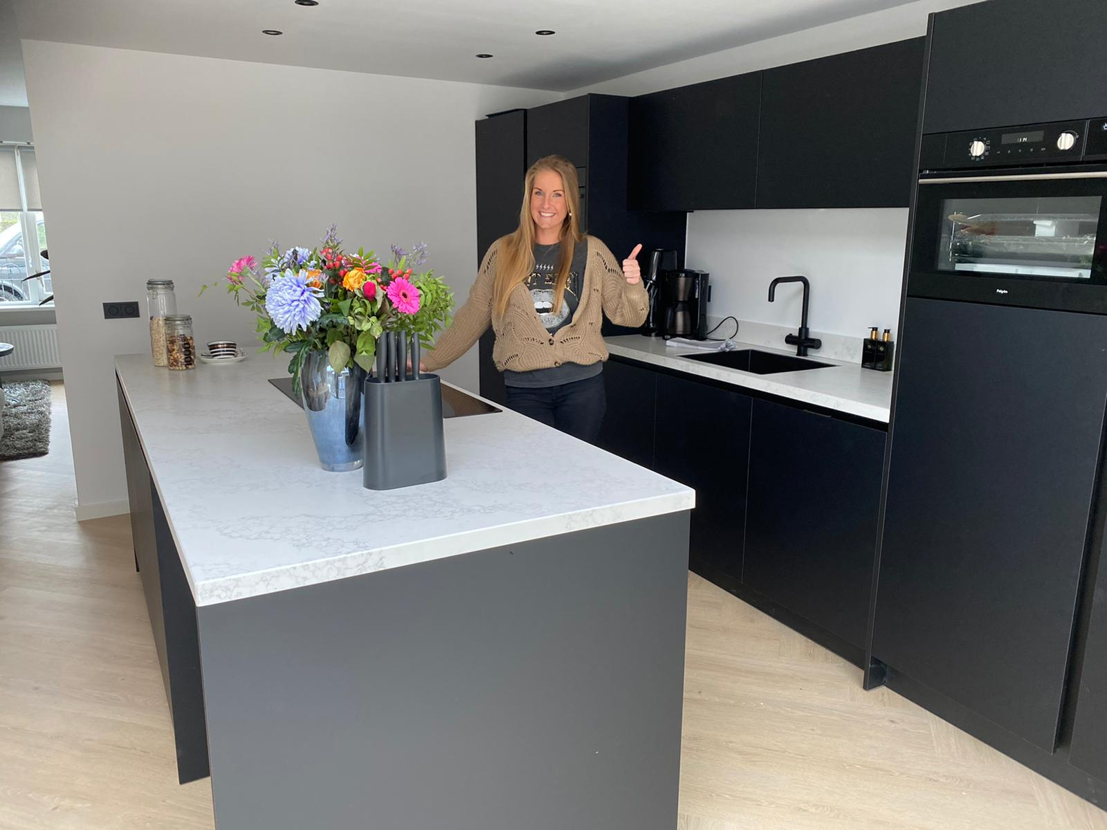Keuken, vinyl PVC vloer en zwarte deuren