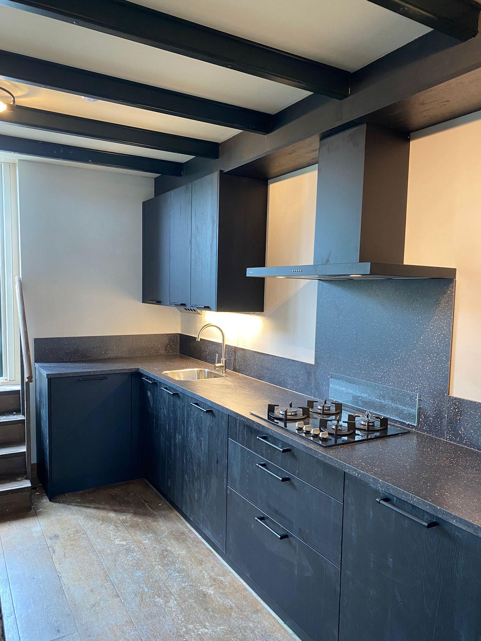 Zwarte keuken in grove houtlook